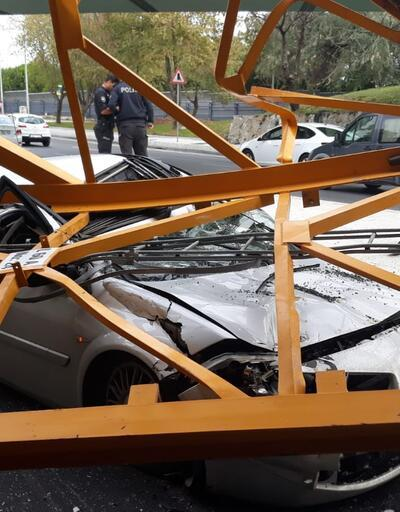 Bakırköy'de aracın üzerine vinç düştü
