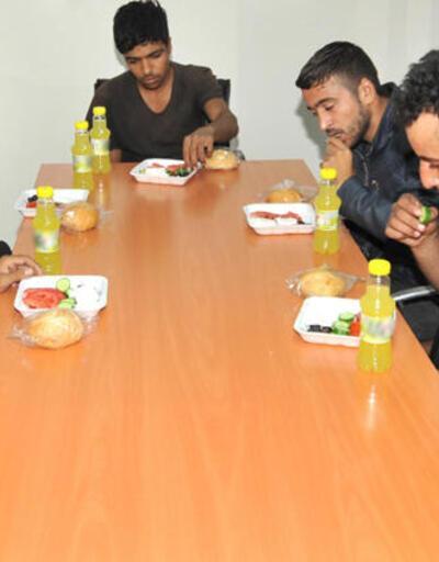 24 terörist teslim oldu! Mehmetçik yemek verdi…