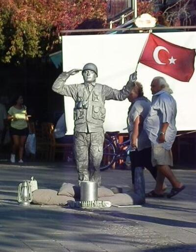 Barış Pınarı Harekatı'na canlı heykelle selam