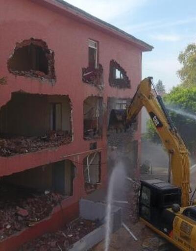 Eski adliye binası yıkıldı