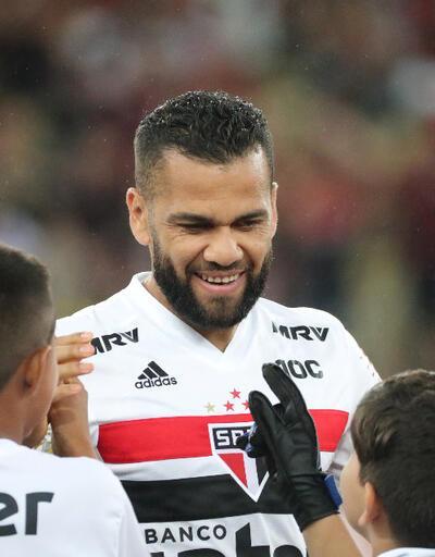 Dani Alves: Paris'te çok ırkçı var