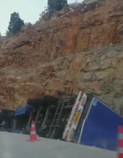 Konya'da devrilen TIR'ın sürücüsü öldü