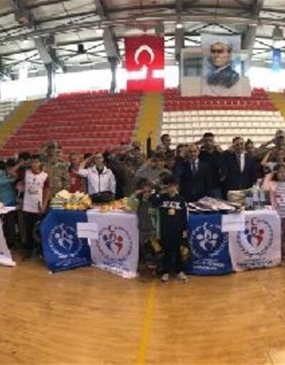 Kars'ta sporcu gençler protokolle 'asker selamı' verdi