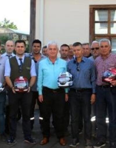Belediye personeline kask dağıtıldı