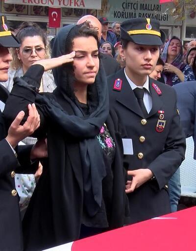 Şehit eşini son yolculuğuna asker selamıyla uğurladı