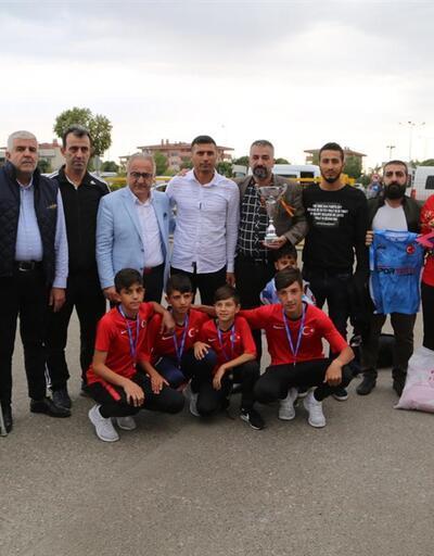 İspanya'dan ikincilik kupasını alan gençler Şırnak'a döndü