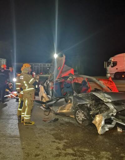 Otomobil, TIR'a çarptı: 1 ölü, 4 yaralı
