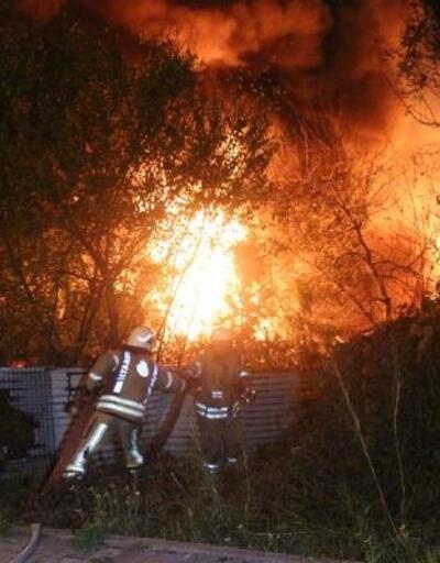 Sarıyer'de hurdalıkta çıkan yangın korku ve paniğe neden oldu