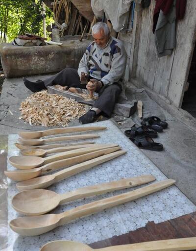 23 yıldır ağaçtan kaşık yaparak, ailesine katkı sağlıyor