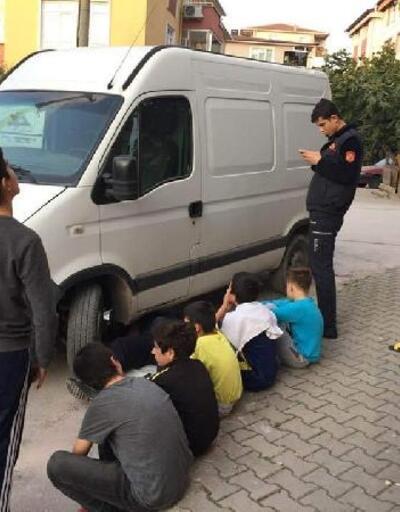 Çocuklar kedinin kurtarılmasını bekledi
