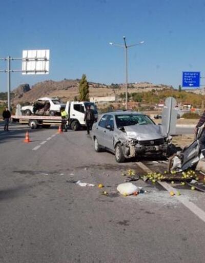 Gediz'de iki otomobil kavşakta çarpıştı: 9 yaralı