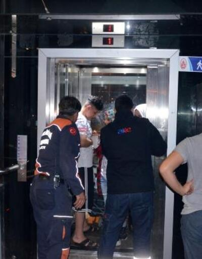 Metrobüs asansöründe mahsur kaldılar