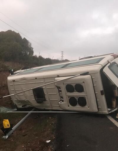 İşçileri taşıyan minibüs devrildi: 15 yaralı