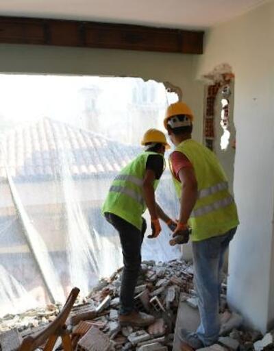 Bursa'da kaçak 6 katlı bina balyozlarla yıkıldı