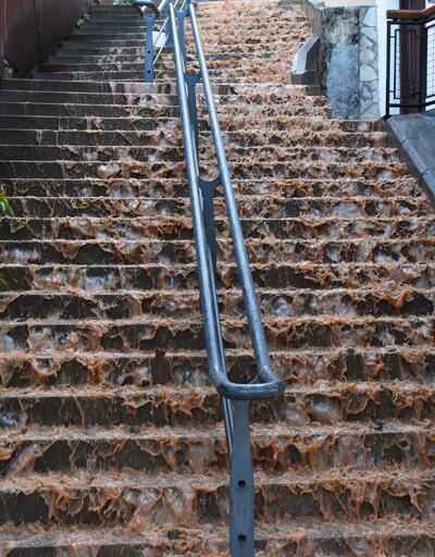 İzmir'de su borusu patladı, körfezin rengi değişti
