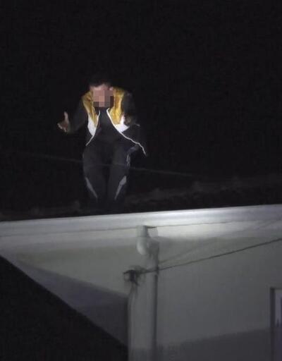 'Dur' ihtarına uymayan otomobilin sürücüsü çatıya çıktı, polisle çatıştı