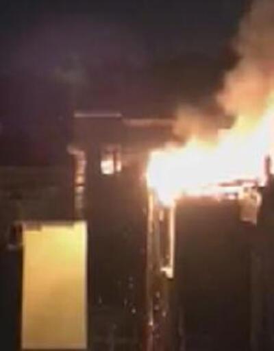 Fatih'te 6 katlı binanın çatısı alev alev yandı