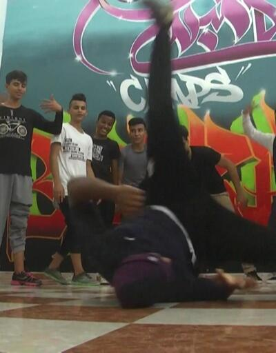 Gençler sıkıntılarını dansla unutuyor