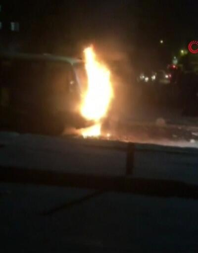 Park halindeki minibüs alev alev yandı