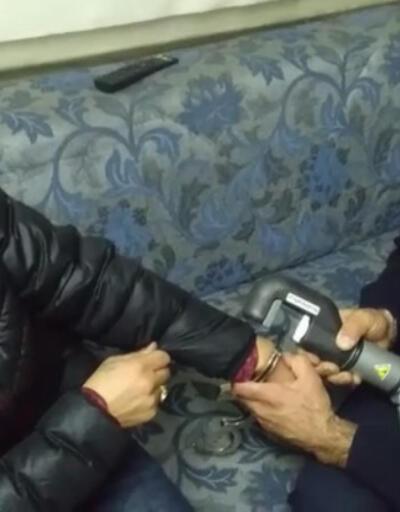 Şaka için takılan kelepçenin anahtarı kayboldu! Polisler çıkaramayınca devreye itfaiye girdi