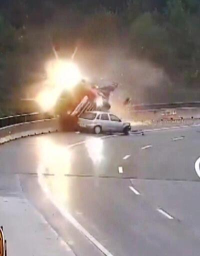Otomobil virajı alamadı, TIR'ı köprüden attı