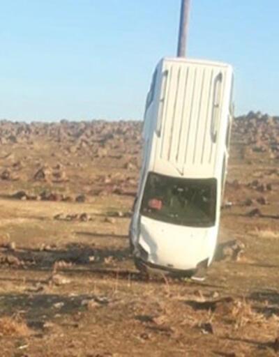 Araç, direğe tırmandı... İlginç kaza görenleri şaşırttı