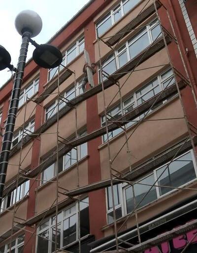 4 katlı binanın iskelesinde tehlikeli çalışma