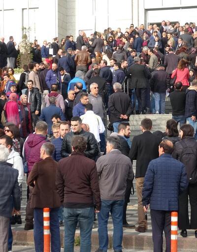 Yüzlerce öğretmen adliye önünde toplandı