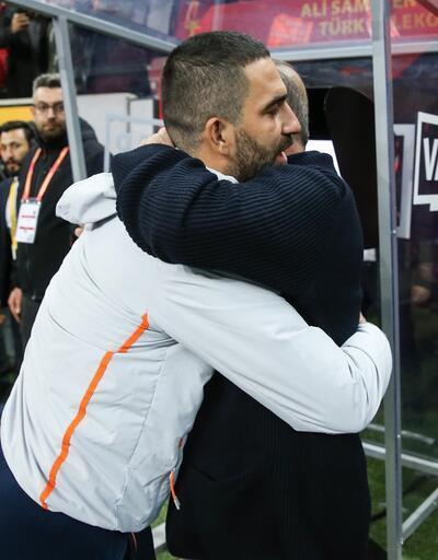 Arda Turan Fatih Terim'in elini öptü