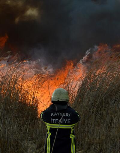 Kayseri'de kurumuş göl tabanındaki sazlıklarda yangın