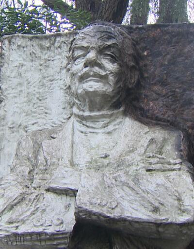 Melih Cevdet Anday heykeli yakıldı