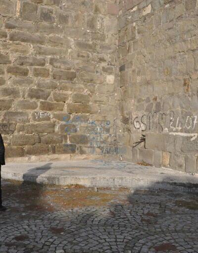 Tarihi kalenin duvarları sprey boya ile zarar gördü