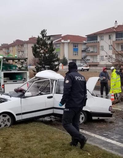 Otomobil ağaç ve aydınlatma direğine çarptı