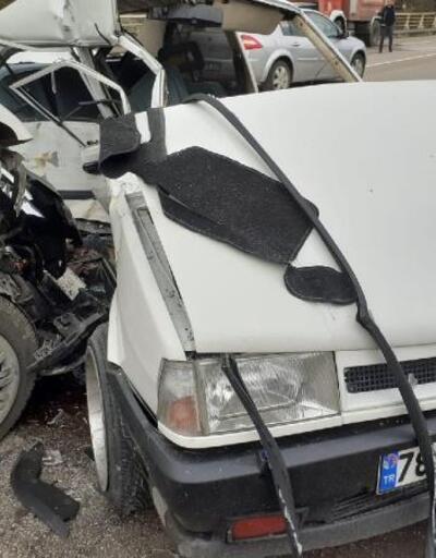 Köprüde minibüs ile otomobil çarpıştı: 2 yaralı