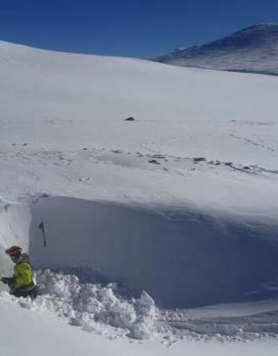 Uludağ'da kaybolan 2 dağcı için ekipler karla kaplanan mağaraları kazıyor