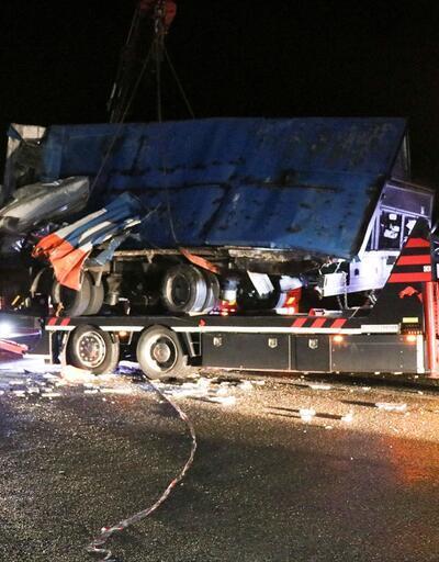 Otobüs, otoyolda hatalı dönüş yapan TIR'a çarptı: 2 ölü, 35 yaralı