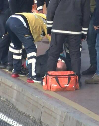 Durakta fenalaşan kişiye metrobüs çarptı