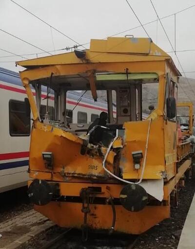 Demir yolunda iş makinesiyle mobil araç çarpıştı
