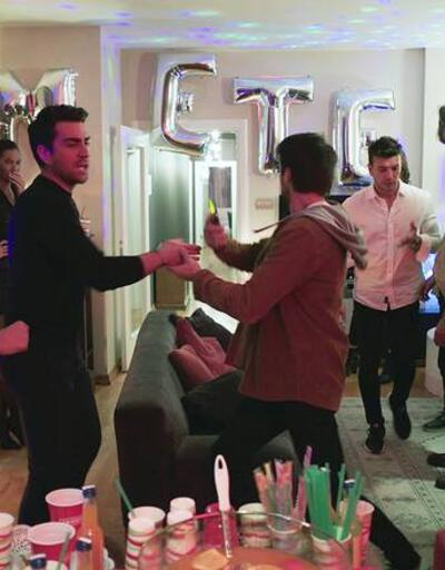 Afili Aşk CANLI İZLE: Ayşe, partiyi basıyor! Afili Aşk 26. bölüm