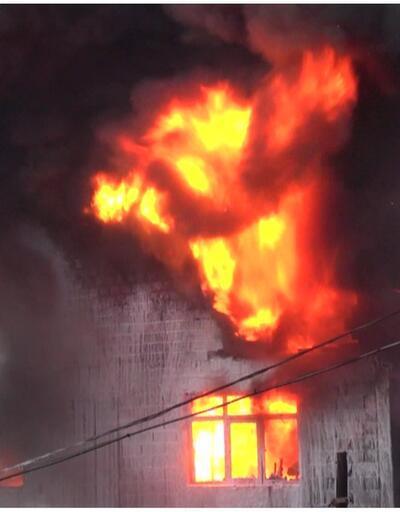 Mobilya dükkanındaki yangın evlere sıçradı