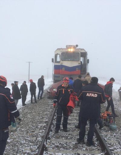Yük treninin hemzemin geçitte çarptığı otomobildeki 3 kişi öldü