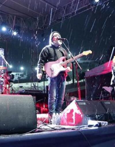 Mor ve Ötesi'inden kar yağışı altında konser