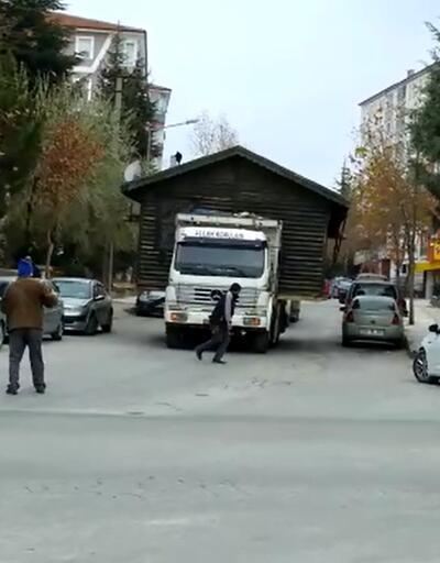 Kemal Sunal'ın 'Gülen Adam' filmi gerçek oldu, evi kamyonla taşıdı