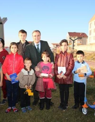 Başkan Özdoğan'dan çocuklara kitap ve oyuncak