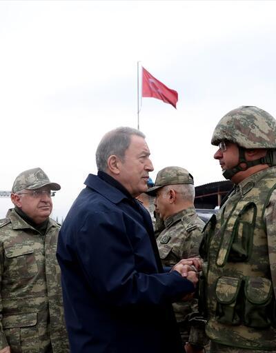 Son dakika... Bakan Akar ve TSK komuta kademesi Suriye sınırının sıfır noktasında