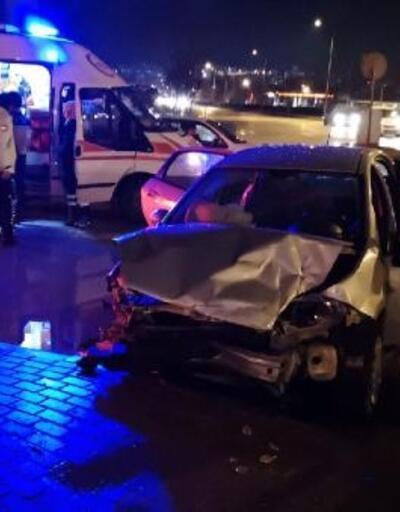 Otomobille panelvan minibüs çarpıştı: 2 yaralı