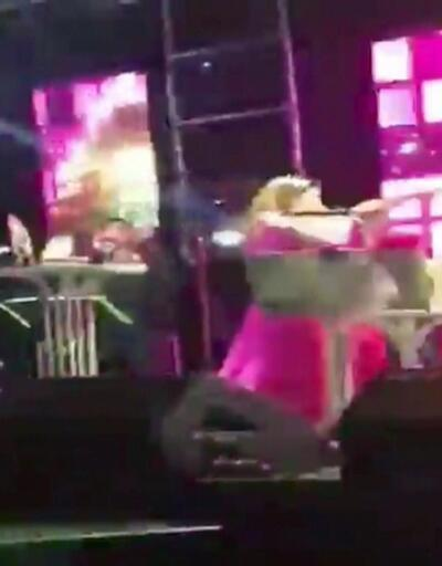 Şarkıcı Deniz Seki sahneden düştü!