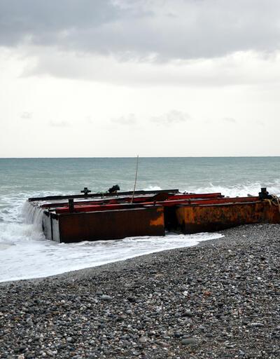 Dev dalgalar yüzünden dev platform sahile vurdu