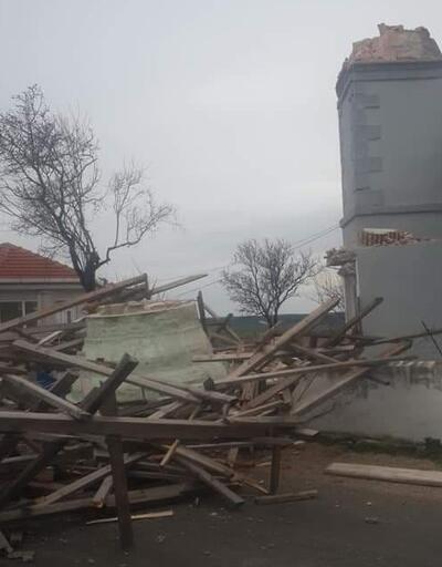 Rüzgar minareyi yıktı, çatılar uçtu