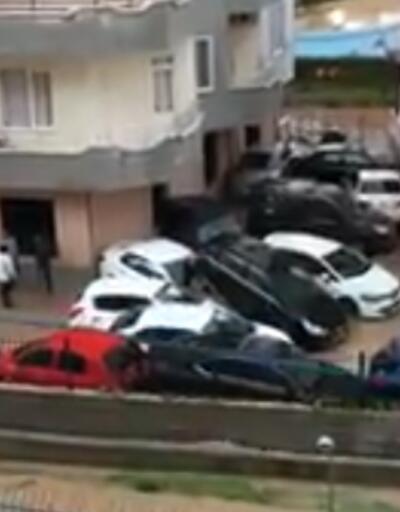 Selde sürüklenen arabalar üst üste bindi